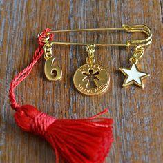 Μία επίχρυση παραμάνα με 3 γούρια, 1 αστεράκι με λευκό σμάλτο, ένα περίγραμμα αγγελάκι με ευχή και το 6, περασμένα σε μία κόκκινη φούντα. Tassel Necklace, Arrow Necklace, Christmas Time, Xmas, Lucky Charm, Tassels, Felt, Charmed, Drop Earrings