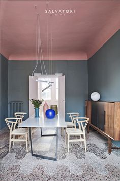 pink ceiling and blue walls for this modern dining I Décor Aid Pink Ceiling, Colored Ceiling, Ceiling Color, Plafond Design, Design Salon, Design Apartment, Milan Apartment, Interior Paint Colors, Pastel Interior