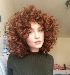 krullend haar Kurzes lockiges Haar hat so viele Profis - neue Frisuren , Curly Hair Styles, Curly Hair Cuts, Short Curly Hair, Wavy Hair, Curly Bob, Frizzy Hair, Big Curls Short Hair, Curly Ginger Hair, Short Perm