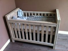 Dit superleuke ledikant past in iedere babykamer. Eigentijdse kaders in de hoofd- en voeteneinde. De genoemde prijzen zijn inclusief de lattenbodem.