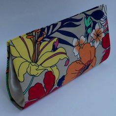 Carteira de Mão confeccionada em Cartonagem de modo artesanal.