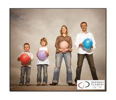 Photographie d'une femme enceinte et sa famille avec ballons