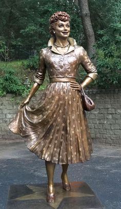 """""""Scary Lucy"""" Statue Replacement Sculptor Carolyn Palmer Interview, Photos of New Lucille Ball Sculpture I Love Lucy Show, Celebrities Then And Now, Sidewalk Art, Artistic Installation, Art Carved, Lucille Ball, Public Art, Sculpture Art, York"""