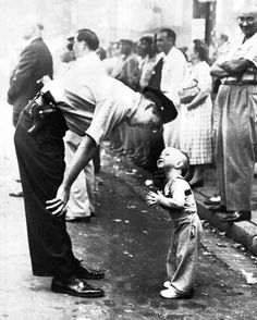 Lovely picture:William C. Beall - Faith and Confidence, 1958 A policeman speaks to a young boy at a parade in Washington, D. for the Washington Daily News. 1958 Pulitzer Prize for Photography - Courtesy Scripps Howard News Service Vintage Pictures, Old Pictures, Old Photos, Famous Photos, Black White Photos, Black And White Photography, Black Picture, Fotojournalismus, Photo Vintage