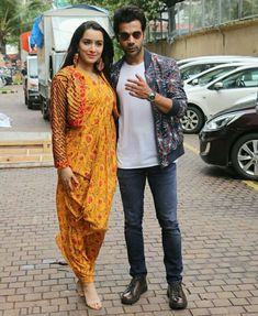 Bollywood Images, Bollywood Stars, Dressing Sense, Varun Dhawan, Shraddha Kapoor, Bollywood Actress, Cute Girls, Ready To Wear, Kimono Top