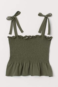 Discover a range of women's tops at H&M. From casual tees and crop tops to off-the-shoulder and going-out tops, shop online for every look. Teen Fashion Outfits, Outfits For Teens, Girl Outfits, Fashion Clothes, Cute Comfy Outfits, Cute Summer Outfits, Cute Summer Shirts, Spring Outfits, Jugend Mode Outfits