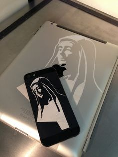 Heilige Maria - Lasergravur auf dem iPhone 5 und Apple iPad by www.laser-tattoo.de Apple Iphone 5, Paper Cards, Laser Engraving, Silhouettes, Ipad, Design, Holy Mary, Silhouette