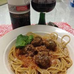 Mafiaruokaa ;) #meatballsintomatosauce #spaghetti #cabernetsauvignon #fronterawines