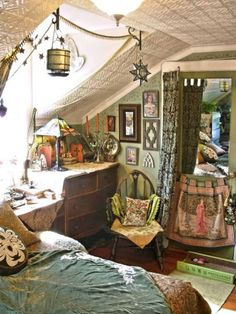 HIPPIE BEDROOM IDEAS – Hippie bedroom style shares a similar broad concept as Bohemian bedroom. The two styles hope to inspire people to feel free exp. Bohemian Bedroom Decor, Hippie Home Decor, Gypsy Bedroom, Living Colors, Boho Dekor, Décor Boho, Hippie Bohemian, Bohemian Style, Modern Bohemian