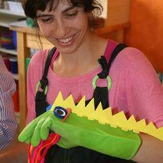 Marioneta de dinosaurio con guante de fregar