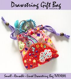 You are going to love sewing up the Thrifty Gifty DIY Drawstring Bag and it is going to do a great job of protecting your gifts and other small items. This free bag pattern would make a great organizer for small jewelry and other items while travelin Drawstring Bag Pattern, Drawstring Bags, Sewing Tutorials, Sewing Projects, Sewing Ideas, Free Tutorials, Crafty Projects, Sewing Tips, Sewing Crafts