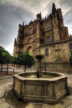 Catedral de Plasencia Reminds me of the house from Scratches Great Places, Places To See, Beautiful Places, Places In Spain, Spanish Architecture, Spain And Portugal, Place Of Worship, Kirchen, Adventure Awaits