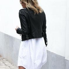 Look casual - street: campera de cuero + vestido camisa blanca | cabello con ondas descontracturadas