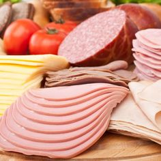 Well-balanced nutrition is essential, but should you eat shellfish, sushi or raw eggs? There are certain foods to avoid during when you're pregnant. Charcuterie, Konservierung Von Lebensmitteln, Cancer Causing Foods, Food Experiments, Meat Sandwich, Cold Cuts, Valeur Nutritive, Pregnancy Nutrition, Pregnancy Foods