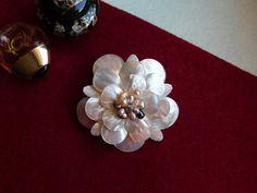 Compoziția florală este confecționată din briolete de sidef, frunze de sidef și perle de cultură. Brooch, Album, Floral, Model, Jewelry, Fashion, Bead, Bijoux, Moda