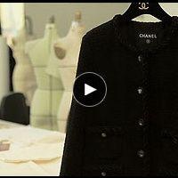 Así se hace una chaqueta de Chanel. Vogue Coco Chanel, Karl Lagerfeld, Vogue, Graphic Sweatshirt, Sweatshirts, Sweaters, Jackets, Fashion, Chanel Jacket