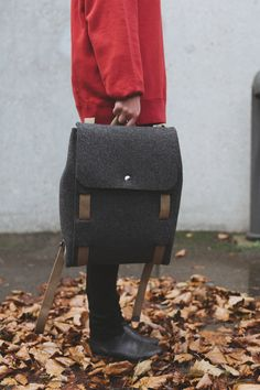 Lasso launches a minimalist backpack bag made from a water-repellent wool felt and a strap that lets you assemble it once it arrives. Diy Backpack, Backpack Straps, Leather Backpack, Fashion Backpack, Photography Bags, Product Photography, Minimalist Bag, Minimalist Living, Wedding Converse