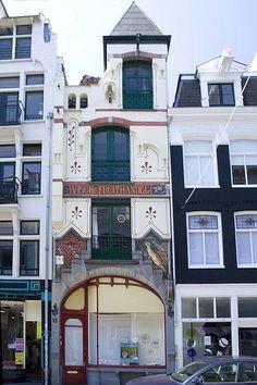 Het winkelpand van de Firma Roeraade aan de Haarlemmerdijk 39 in Amsterdam is ontworpen door de architect F.M.J. Caron. De eerste steen werd in 1896 gelegd door de opdrachtgever W.G.R. Roeraade, die in het pand een vis- en fruithandel exploiteerde.