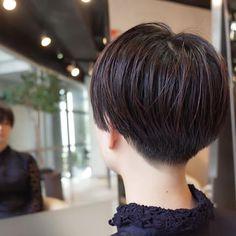 お客様スナップ いきなりバリカンは使わない。 ハサミで柔らかく、グラデーションをつけながら施す。 cut by @s.kagara #美容室 #カガラシュン #髪型 #ショート #ボブ #髪色 #カット #ヘアスタイル #お洒落 #ファッション #サブカル #音楽 #ベリーショート#スタイリング #黒髪 #バッサリ #刈り上げ女子 #ジェンダーレス #うざバング