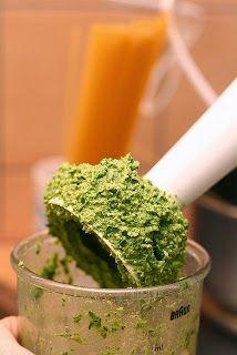 Recette de pesto à la coriandre, noix, graines,...  detox, vegan, sans gluten - Ce pesto est à la fois un délicieux assaisonnement, un dip et un detox naturel idéal pour le printemps. Composé d'ail, de noix du Brésil, de graines de lin, citrouille, de gingembre et autres, ce pesto est riche en zinc, magnésium, sélénium, vitamines...