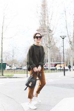 Street style look com suéter manga dobrada verde, calça marrom e tênis branco. Mode Outfits, Fall Outfits, Casual Outfits, Fashion Outfits, Womens Fashion, Sweater Outfits, Green Sweater Outfit, Brown Pants Outfit, Tan Pants