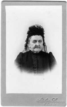 Dutch woman in mourning dress, photostudio Siewers Edam