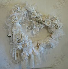 I love this lovely shabby wedding decor. Couronne Shabby Chic, Shabby Chic Wreath, Shabby Chic Crafts, Vintage Crafts, Estilo Shabby Chic, Shabby Chic Style, Look Vintage, Vintage Shabby Chic, Vintage Country