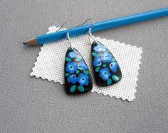 Boucles d'oreilles noires à fleurs bleues fleurs brodées