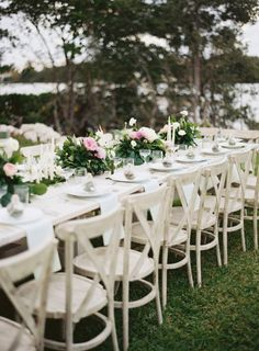 Garden wedding table: http://www.stylemepretty.com/2014/10/16/romantic-garden-wedding-by-the-water/ | Photography: Ozzy Garcia - http://www.ozzygarcia.com/