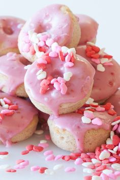 #Epicure Strawberry Buttermilk Doughnuts #valentinesday Valentines Day Food, Yummy Eats, Yummy Food, Cupcake Cookies, Cupcakes, Epicure Recipes, Doughnut Shop, Sweet Dough, Individual Cakes