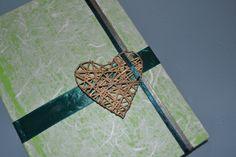 AGENDA: Prodotto fatto completamente a mano. Agenda con copertina in carta di riso e decorazione con nastri d'organza e medaglione a forma di cuore, fatto a mano e decorato in modo originale.