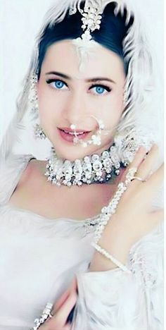 Karishma Kapoor Bollywood, Pearl Necklace, Chokers, Crown, Pearls, Beauty, Jewelry, Fashion, String Of Pearls