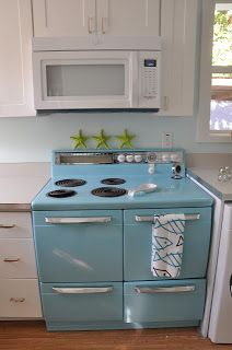 New Kitchen Retro Decor Vintage Stoves Ideas Colorful Kitchen Decor, Retro Kitchen Decor, Kitchen Colors, Diy Kitchen, Vintage Kitchen, Kitchen Design, Kitchen Ideas, 1950s Kitchen, Retro Kitchen Appliances