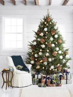 Spread the love Neutral Christmas tree. Love this classic pinecone and white snowflake and glass ball ornament bedecked Christmas tree style idea — 10 Best [. Elegant Christmas Trees, Christmas Tree Design, Colorful Christmas Tree, Noel Christmas, Rustic Christmas, White Christmas, Christmas Tree Decorations, Minimal Christmas, Vintage Christmas