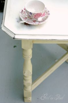 One Girl In Pink: Table Makeover in Chalk Paint® Decorative Paint by Annie Sloan. Cream Base, Old White on top. Furniture Fix, Types Of Furniture, Furniture Makeover, Furniture Refinishing, Furniture Ideas, Painted Table Tops, Painted Kitchen Tables, Distressed Furniture, Vintage Furniture