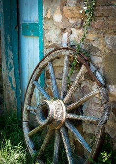 Country Blue - wagon wheel & old stone barn Country Blue, Country Charm, Country Living, Country Roads, Vieux Wagons, Old Wagons, Country Scenes, Old Farm, Artistic Photography