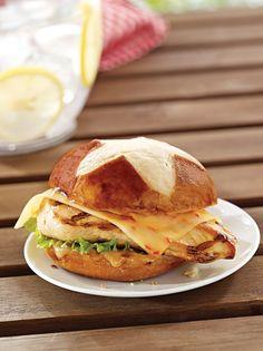 Leckeres Laugenbrötchen mit gegrilltem Hähnchen, Chilli Käse und leckeren Mango Chutney!