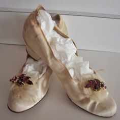 Edwardian Victorian Antique White Silk Wedding Shoes Slippers Heels Vintage Gowns, Vintage Shoes, Retro Vintage, Vintage Outfits, Vintage Clothing, Wedding Slippers, Wedding Shoes, Wedding Dresses, Edwardian Fashion