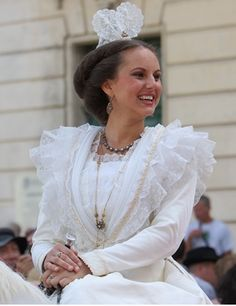 mariée French Costume, Costumes Around The World, French Countryside, Folk Costume, Traditional Outfits, Provence, Marie, Flower Girl Dresses, Wedding Dresses