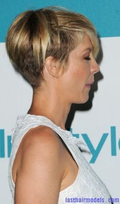 Jenna Elfman Hairstyle Pictures. Celeb Haircuts. Hairdo Photos.