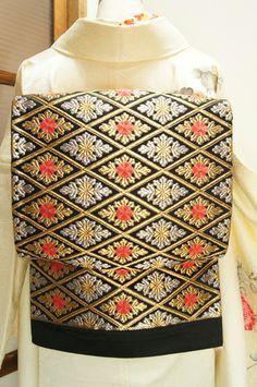 黒地に菊花花菱優美に織り出された袋帯です。