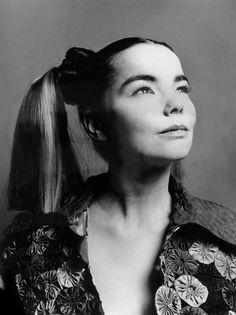 Bjork, by paulo sutch 1993 Vintage Black Glamour, Trip Hop, Spirited Art, Mtv Videos, Bjork, Face Expressions, Foto Art, Glasgow, Female Singers