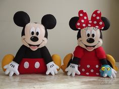 Mickey n Minnie Felt Crafts, Diy And Crafts, Michey Mouse, Fiesta Mickey Mouse, Baby Binky, Animal Sewing Patterns, Storybook Characters, Mickey And Friends, Felt Dolls