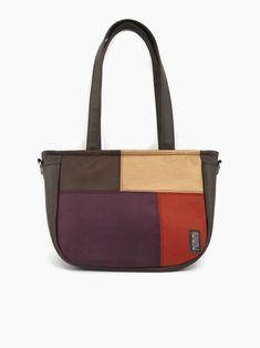 Akár a felszántott, learatott őszi parcellák, olyan a mintája ennek a szép barna kis táskának! Nem véletlenül a Monimi Country kollekció meghatározó darabja. A patchwork minta bőrhatású bútorszövetből készült. Igen jó kopás állóságú, puha tapintású anyag. City-bag 53 női táska