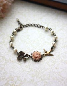Flor rosa polvoriento, Antiqued latón orquídeas, aves, pulsera de perlas de marfil. Regalo de Dama de honor.  Pulsera de novia novia. Boda de jardín de la naturaleza.