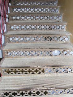 παλια σιδερενια σκαλα σε κτιριο 130 ετων