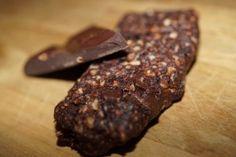 Sund og lækker chokoladebar med kakaonibs - uden tilsat sukker, lavet på dadler, mandler, kakaonibs, kakaopulver, chokolade og evt pebermynte -- Perfekt mellemmåltid eller post-workout :)