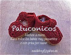 Patucos para bebé hechos a mano modelo Lanargatas rojas con suela kaki.  https://www.facebook.com/pages/Patuconicos-lana-y-algodón/133197553517428?ref=hl http://patuconicos.blogspot.com.es