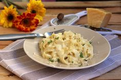 Fettuccine Alfredo (in einer Pfanne) Fettuccine Alfredo, Pasta Recipes, Cooking Recipes, Confort Food, Vegetarian Recipes, Healthy Recipes, Good Food, Yummy Food, Salty Foods