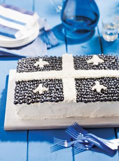 Gâteau aux couleurs du Québec Recettes | Ricardo Popcorn Au Caramel, St Jean Baptiste, Cake Preparation, Flag Cake, Summer Dishes, Cake Toppings, French Food, Holiday Recipes, Blueberry